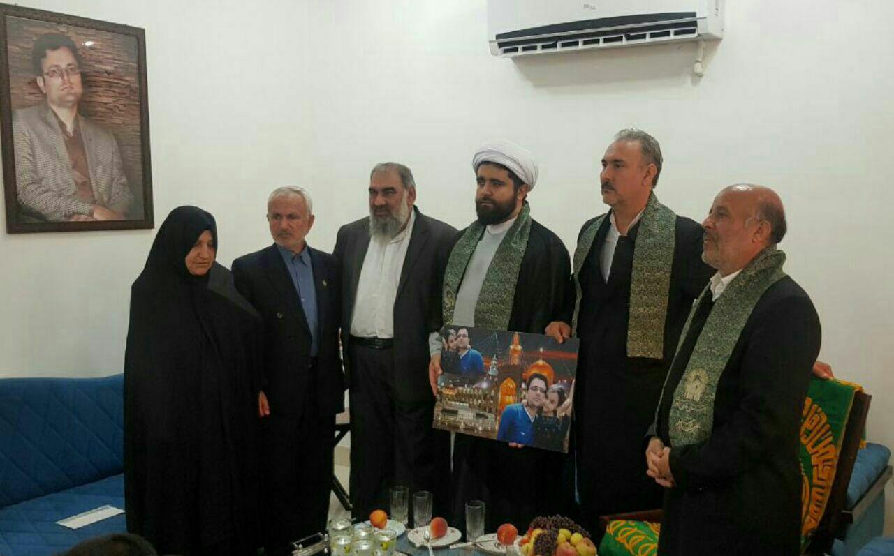 دیدار پرچم داران حرم امام رضا (ع) با خانواده شهید هسته ای داریوش رضایی نژاد